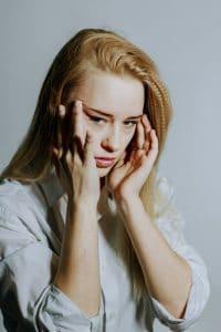 donna con dolore ipocondria