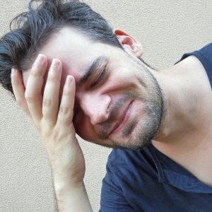 uomo con mal di testa